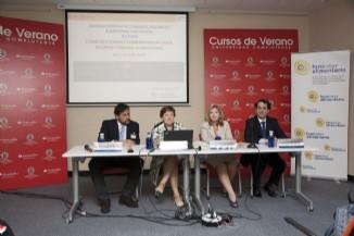 : (izda a dcha: Juan Carlos Leza (U. Complutense), Pilar Farjas (Secretaria General de Sanidad y Consumo y Pta. AECOSAN), Ángela López de Sá (Directora AECOSAN) y Víctor Yuste (Director Foro Interalimentario)