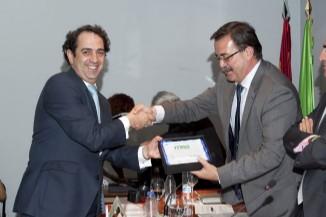 El Director General de Ordenación e Inspección de la Comunidad de Madrid, Manuel Molina, entrega la placa al Director Gerente del Foro Interalimentario, Víctor Yuste