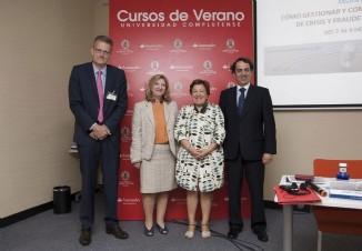 (izda a dcha: Koen Van Dyck (DG SANCO-Comisión Europea), Ángela López de Sá (Directora AECOSAN), Pilar Farjas (Secretaria General de Sanidad y Consumo y Pta. AECOSAN) y Víctor Yuste (Director Foro Interalimentario)