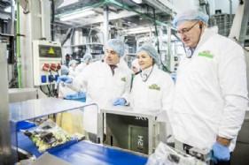 El presidente de Grupo Alimentario Citrus, Joaquín Ballester, explica al comisario y a la ministra los procesos de control de calidad y seguridad alimentaria