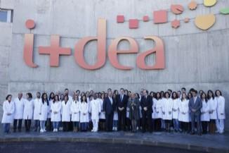 El Presidente del Gobierno, Mariano Rajoy, en la fotografía de familia con los empleados del Centro de Investigación y Desarrollo del Grupo Siro.